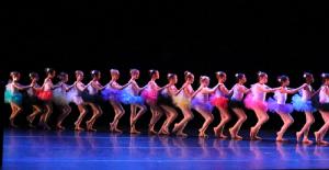 girls-performing